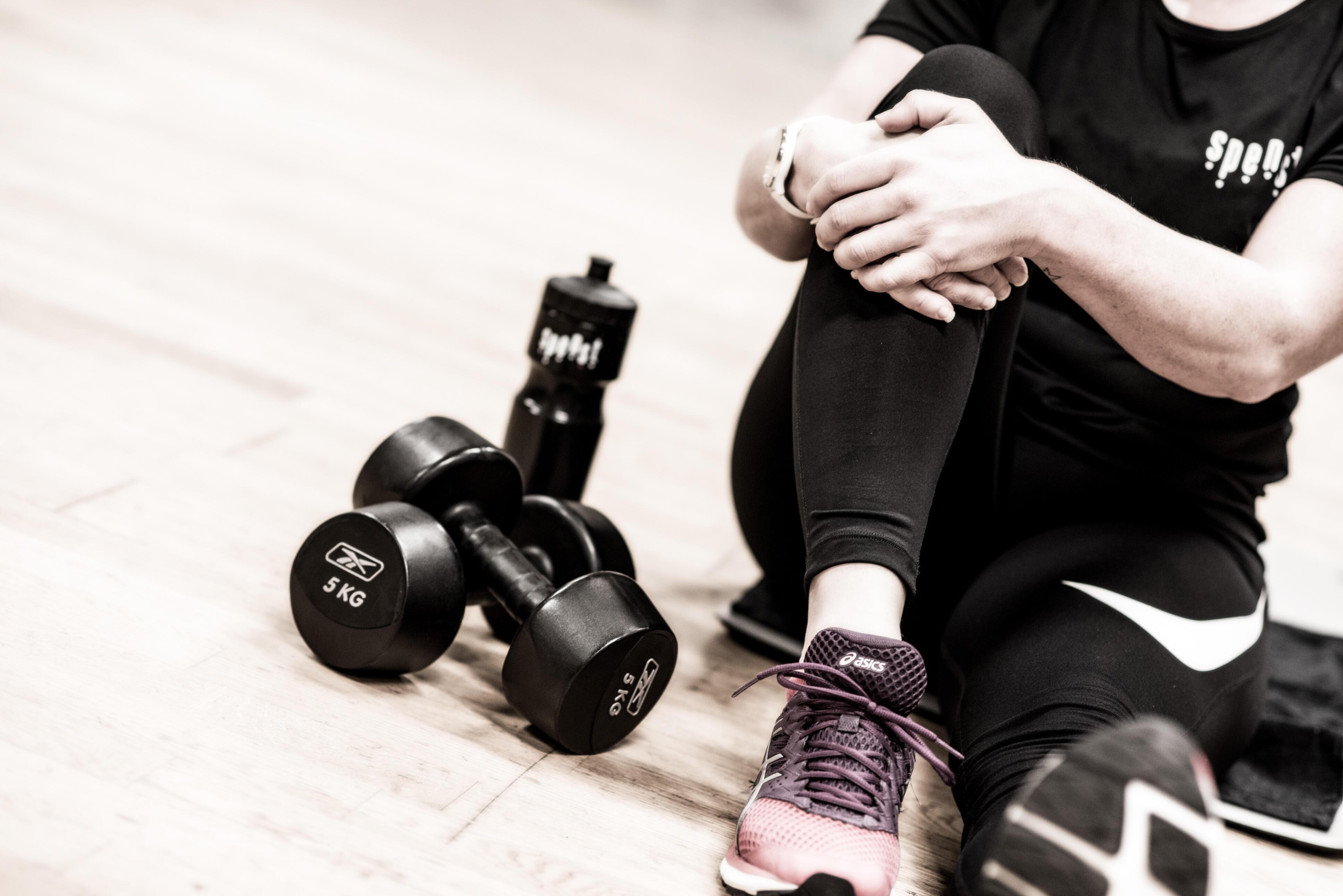 Jente slapper av på gulbet etter en treningstime