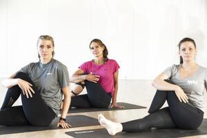 Tre jenter som holder rundt kne