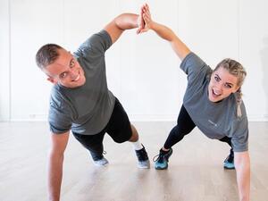 Jente og gutt som trener sammen på gulvet